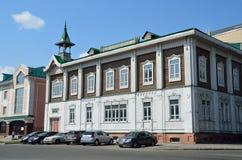 Barnaul, Russia, augusta, 17, 2016 Le automobili sono vicino alla vecchia casa all'intersezione della via di Pushkin e del quadra Fotografie Stock