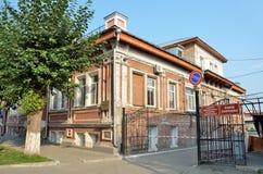 Barnaul, Russia, augusta, 17, 2016 Nessuno, edificio residenziale dell'inizio del XX secolo sulla via di Leo Tolstoy, Alta ora Immagini Stock