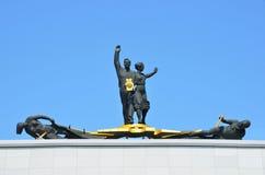 Barnaul, Russia, augusta, 17, 2016 Scutpture è sul tetto del teatro regionale di dramma dell'Altai di Shukshin Fotografia Stock Libera da Diritti