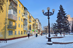 Barnaul, Russia, 14 gennaio, 2016, la gente che cammina sulla via di Molodezhnaya nel centro di Barnaul Immagine Stock Libera da Diritti