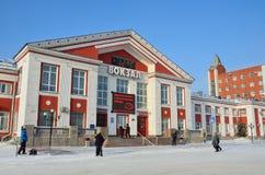 Barnaul, Russia, 14 gennaio, 2016, la gente che cammina vicino alla stazione ferroviaria in Barnaul nell'inverno Fotografie Stock Libere da Diritti