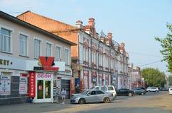 Barnaul, Russland, August, 17, 2016 Autos nähern sich Wohngebäude des Anfangs des 20. Jahrhunderts auf der Straße von Leo Tolstoy Lizenzfreie Stockfotografie
