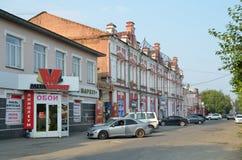 Barnaul, Russland, August, 17, 2016 Autos nähern sich Wohngebäude des Anfangs des 20. Jahrhunderts auf der Straße von Leo Tolstoy Stockbild