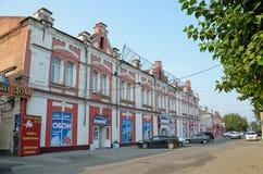 Barnaul, Russland, August, 17, 2016 Autos nähern sich Wohngebäude des Anfangs des 20. Jahrhunderts auf der Straße von Leo Tolstoy Stockbilder