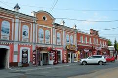 Barnaul, Russland, August, 30, 2016 Autos nähern sich Wohngebäude des Anfangs des 20. Jahrhunderts auf der Straße von Leo Tolstoy Lizenzfreie Stockbilder