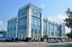 Barnaul, Russland, August, 17, 2016 Niemand, Autos nahe dem Haus 8 auf Lenin-Allee in Barnaul Stockfoto