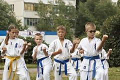 Barnaul, Russland, am 12. August 2018: Trainingskinderdraußen Kampfkunstkarate lizenzfreie stockfotografie