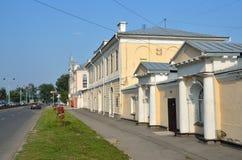 Barnaul Ryssland, Augusti, 17, 2016 Barnaul en monument av arkitektur av århundrade 19 - det Barnaul hjälpmedlet shoppar i sommar Royaltyfri Foto