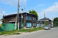Barnaul Ryssland, Augusti, 17, 2016 Bilen är nära det gamla trähuset på gatan av Polzunov i Barnaul Royaltyfria Bilder
