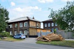 Barnaul Ryssland, Augusti, 17, 2016 De gamla husen på gatan av Nikitin i Barnaul i sommaren Arkivbilder