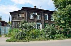 Barnaul Ryssland, Augusti, 17, 2016 Det gamla huset på gatan av Polzunov i Barnaul i sommaren Arkivbild
