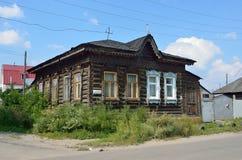 Barnaul Ryssland, Augusti, 17, 2016 Det gamla huset på gatan av Polzunov i Barnaul i sommaren Arkivbilder