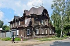 Barnaul Ryssland, Augusti, 17, 2016 Det gamla huset på gatan av Polzunov i Barnaul i sommaren Royaltyfri Foto