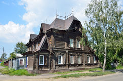 Barnaul Ryssland, Augusti, 17, 2016 Det gamla huset på gatan av Polzunov i Barnaul i sommaren Arkivfoto