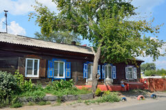 Barnaul Ryssland, Augusti, 17, 2016 Det gamla huset på gatan av Polzunov i Barnaul i sommaren Royaltyfria Foton