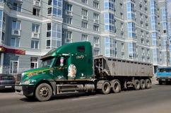 Barnaul Ryssland, Augusti, 17, 2016 Freightliner Columbia på den Gogol gatan i Barnaul Royaltyfria Foton
