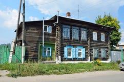 Barnaul Ryssland, Augusti, 17, 2016 Inget gammalt trähus på gatan av Polzunov i Barnaul Arkivbilder