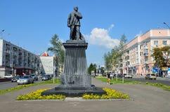 Barnaul Ryssland, Augusti, 17, 2016 Monumentet till Vladimir Lenin i mitten av Barnaul på den Lenin avenyn, Ryssland Royaltyfri Bild