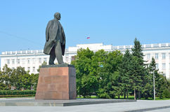 Barnaul Ryssland, Augusti, 17, 2016 Monumentet till Vladimir Lenin i mitten av Barnaul, Ryssland Royaltyfria Foton
