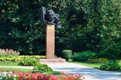 Barnaul Ryssland, Augusti, 17, 2016 Nlbody monumentet till Tsaplin Maxim Konstantinovich - ordförande av den militära revolutionä Royaltyfria Bilder