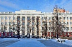 Barnaul Ryssland, Januari, 13, 2016 Bilar nära den Altai delstatsuniversitetet i Barnaul Arkivfoton