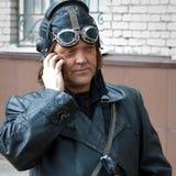 Barnaul Ryssland, Maj 9, 2018: Segerdag En man i en gammal läderlikformig av en pilot, en flygare av 40-tal som talar på Royaltyfria Foton