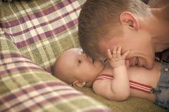 Barnavård kel som babysitting royaltyfri bild