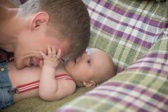 Barnavård kel som babysitting arkivbilder