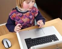 barnbärbar datorworking Fotografering för Bildbyråer