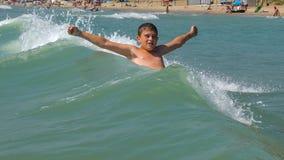 Barnbadningen i havet arkivfoton