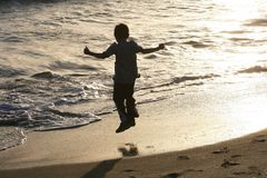 Barnbanhoppning på strand Royaltyfria Bilder
