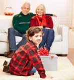 Barnbarnöppningsgåva på Fotografering för Bildbyråer