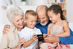 Barnbarn med deras morföräldrar Arkivfoto