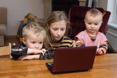 Barnblick på en dator Arkivbilder