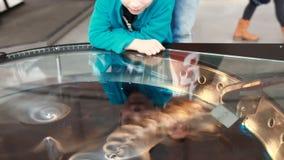 Barnblickar på att intressera laborationer med torr is stock video