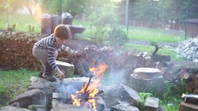Barnbränder en brand arkivfilmer