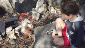 Barnbränder en brand som sitter på en sten arkivfilmer