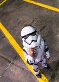 Barncosplayer klädde som en stormtrooper från Star Wars Royaltyfria Foton