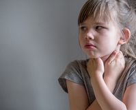 Barndanandeinandning med maskeringen på hans framsida Astmaproblembegrepp fotografering för bildbyråer