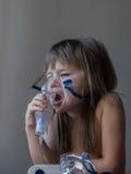 Barndanandeinandning med maskeringen på hans framsida Astmaproblembegrepp royaltyfri fotografi