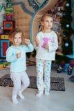 Barndans i rummet systrar två Begreppet av Christma Royaltyfria Foton