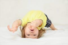 Barndans som ligger på baksida, äkthetflyttning Arkivfoton