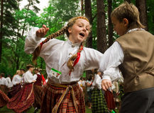 barndanser som dansar traditionella klänningfolk Royaltyfri Foto