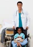 barndoktor som hjälper male sjukt arkivfoton