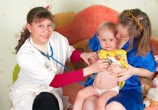 barndoktorn undersöker Royaltyfri Bild