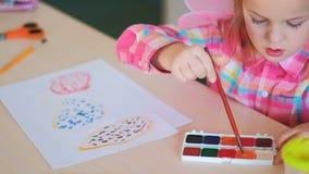 Barndomögonblick som drar hobby stock video