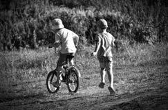 Barndom är alltid glädje, gyckel, kamratskap, lekar arkivfoto