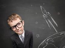 Barndom drömmer om flyg på en raket Royaltyfri Foto