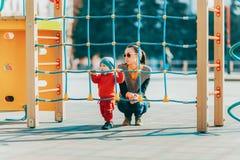 Barndom gyckel, fritid, aktivitet, njutning, parkerar, utomhus, pl Arkivbild