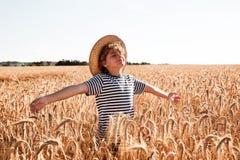 Barndom i fältet Royaltyfri Bild